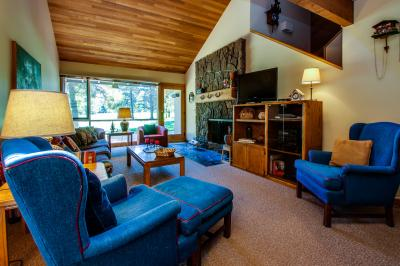 77 Meadow House with Hot Tub - Sunriver Vacation Rental