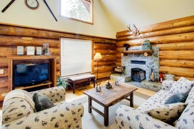 Bearpaw Log Cabin with Hot Tub - Carnelian Bay Vacation Rental
