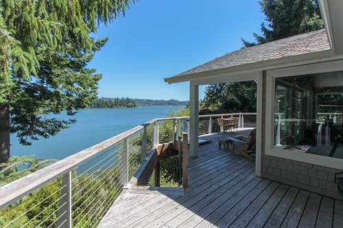 Siltcoos Lakefront Splendor -  Vacation Rental - Photo 1