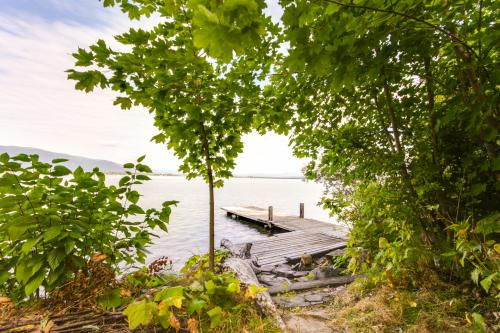 Pend Oreille Lakeshore Retreat - Sagle, ID Vacation Rental
