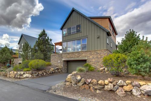Eagle Crest Modern, Bright & Panoramic Views -  Vacation Rental - Photo 1