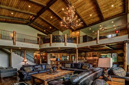 Whispering Pines Lodge: 9 Bedroom - Eagle River, WI Vacation Rental