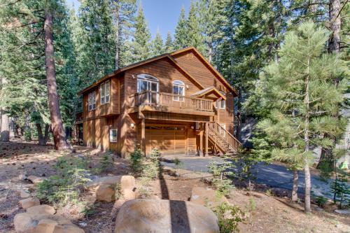 North lake tahoe vacation rentals by vacasa for North lake tahoe cabins