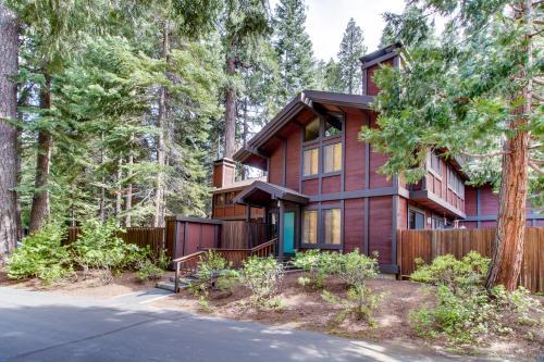 North lake tahoe vacation rentals by vacasa for North lake tahoe cabin rentals
