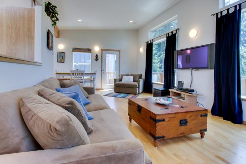 Modern Manzanita Retreat -  Vacation Rental - Photo 1