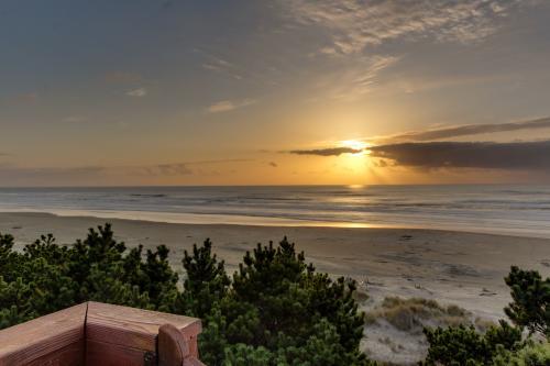 Seadrifter Oceanfront Beach House - Seal Rock, OR Vacation Rental
