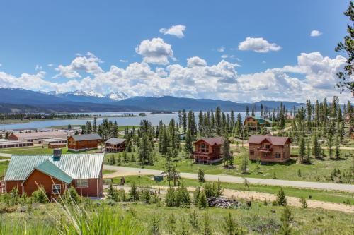 Estes park vacation rentals from 70 vacasa for Grand lake colorado cabin rentals