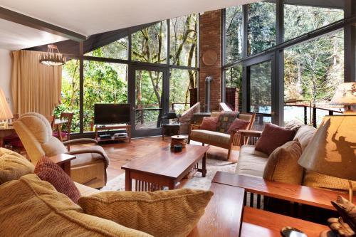 McKenzie River Cabin - Vida, OR Vacation Rental