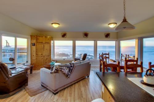 Rocky Shores Upper Level - Yachats, OR Vacation Rental