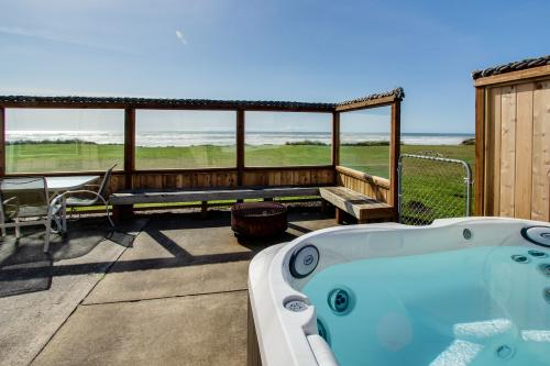 Sparkling Sands Oceanfront w Hot Tub -  Vacation Rental - Photo 1