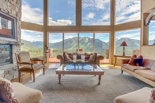 Red Mountain Luxury Retreat  -  Vacation Rental - Photo 1