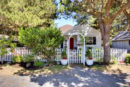 The Royal Rose Cottage - Cannon Beach Vacation Rental