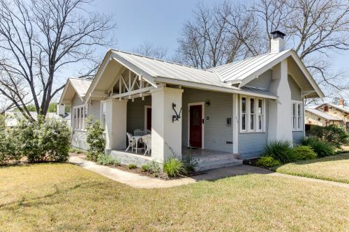 Travis Street: Travis House - Fredericksburg, TX Vacation Rental