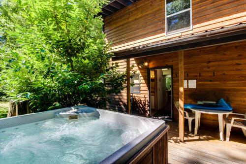 Kiwi's Creekside Cabin - Welches, OR Vacation Rental