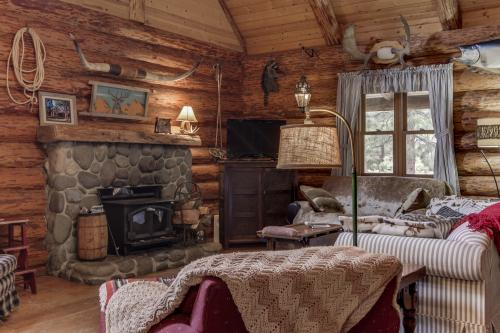 Tollgate Log Cabin - Sisters, OR Vacation Rental