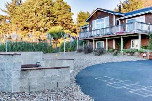Shiloh by the Sea with Hot Tub! - Yachats Vacation Rental