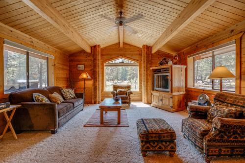 Sisters Tollgate Cabin with Hot Tub & WiFi - Sisters, OR Vacation Rental
