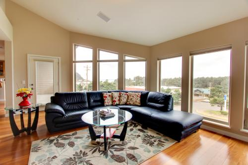 Center Way Executive Condo - Yachats Vacation Rental