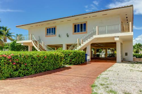 Tropical Charm -  Vacation Rental - Photo 1
