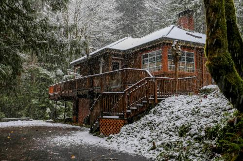 Barlow Creekside Lodge - Rhododendron, OR Vacation Rental