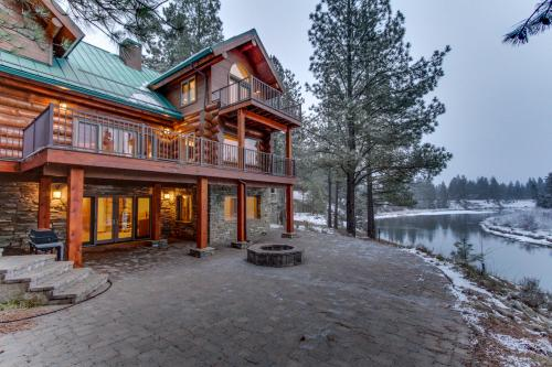 Deschutes Luxury Log Home -  Vacation Rental - Photo 1
