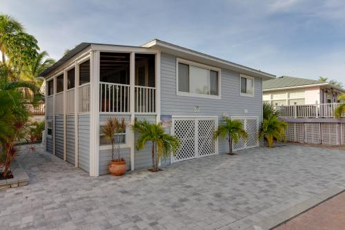 Island Breeze Cottage - Fort Myers Beach, FL Vacation Rental
