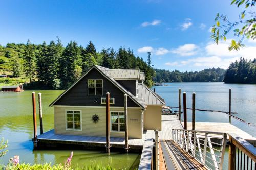 Blacks Arm Boat House with Docks - Boat-Access Only - Lakeside Vacation Rental