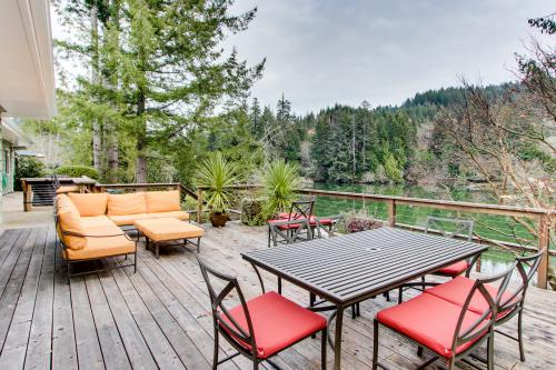 The Best Place on Mercer Lake - Florence, OR Vacation Rental