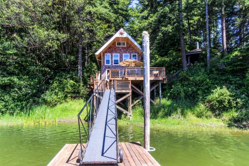 Blacks Arm Cottage - Boat-Access only - Lakeside, OR Vacation Rental