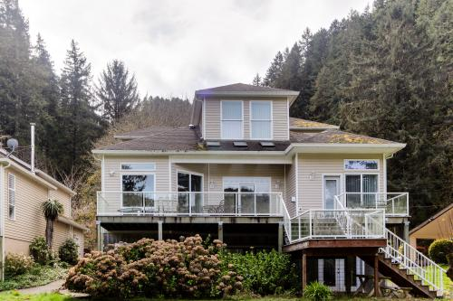 The River's Edge Mini Suite - Reedsport, OR Vacation Rental