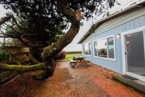 Water's Edge Oceanside Home - Waldport Vacation Rental