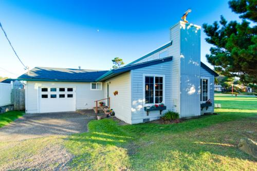 SunFlower House - Lincoln City Vacation Rental