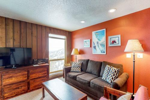 Peak Relaxation (238 E) -  Vacation Rental - Photo 1