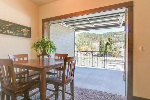 Bayfront Beauty & Bayfront Retreat - Bayview, ID Vacation Rental