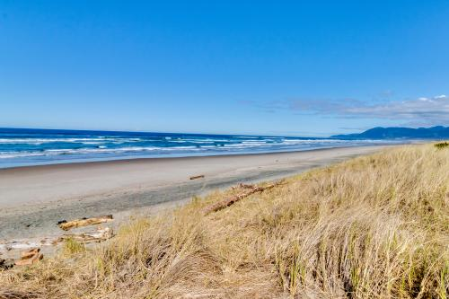 The Rising Tide Oceanfront Cottage - Rockaway Beach, OR Vacation Rental