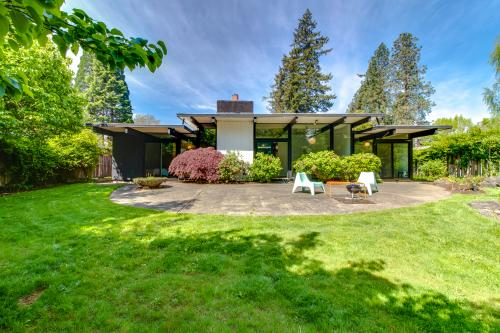 Mid Century Chic Garden Bliss - Beaverton, OR Vacation Rental