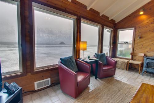 Blue Sea Oceanfront Cottage - Oceanside, OR Vacation Rental