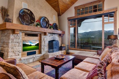 Spacious Mountain Vista Retreat -  Vacation Rental - Photo 1