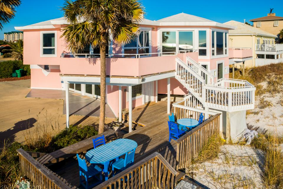 The pink house 7 bd vacation rental in destin fl vacasa for 9 bedroom rental destin florida