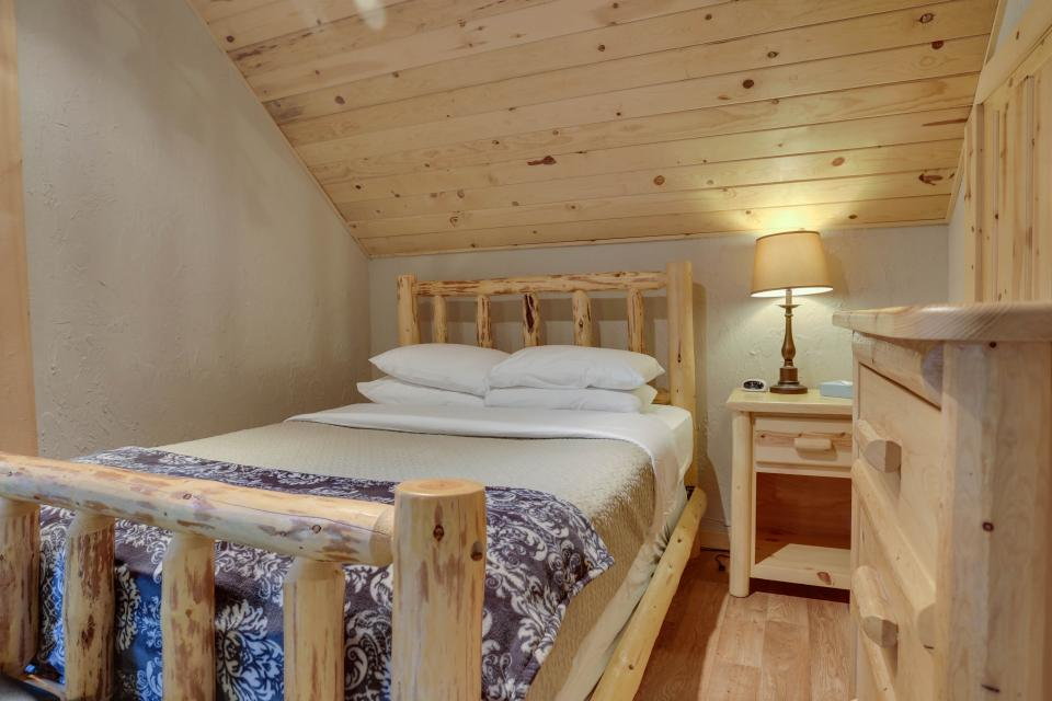 Big Bear Cabin and Little Bear Cabin - Government Camp Vacation Rental - Photo 22