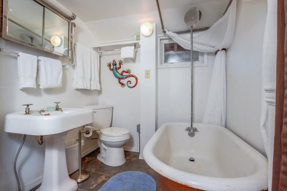 Pirate Cove Cottage 2 - Depoe Bay Vacation Rental - Photo 13