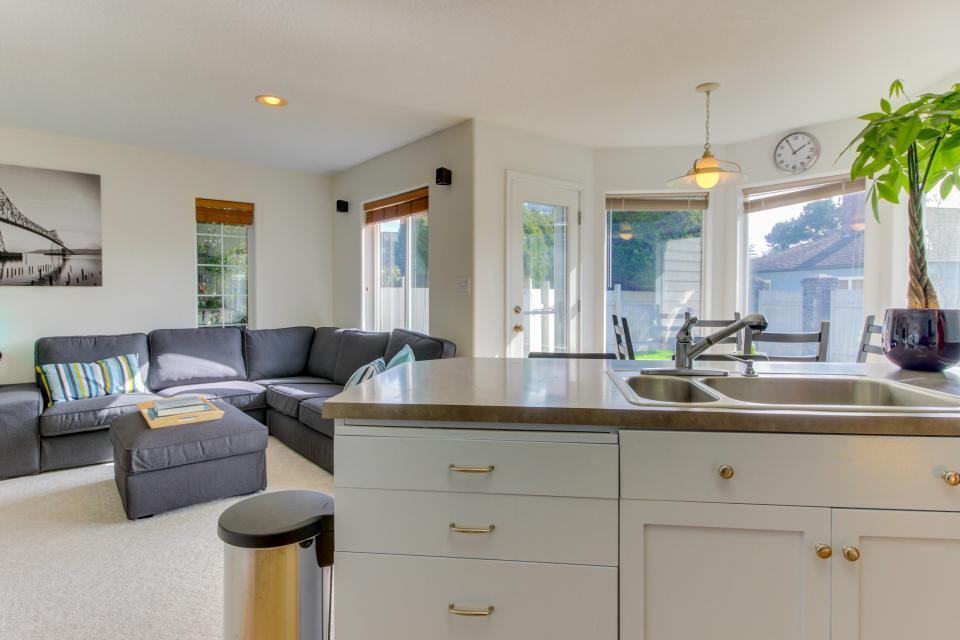 Sunset Beach House - Seaside Vacation Rental - Photo 10