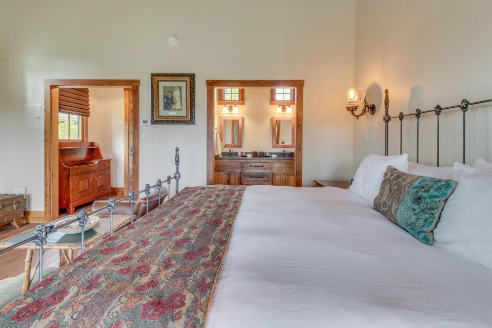 The Blacksmith Quarters on Barons Creek: The Max Cottage - Fredericksburg - Take a Virtual Tour