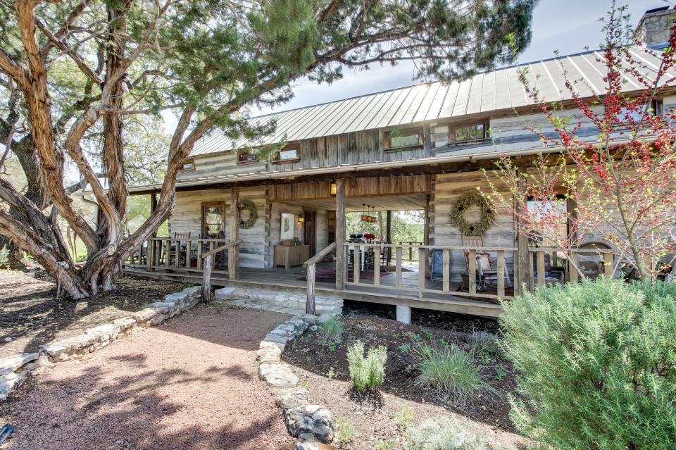 Tanglewood farms bear cabin 1 bd vacation rental in for Cabin rentals fredericksburg tx