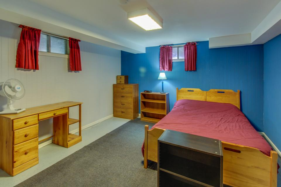 Home Away from Home + Studio - North Hero Vacation Rental - Photo 19