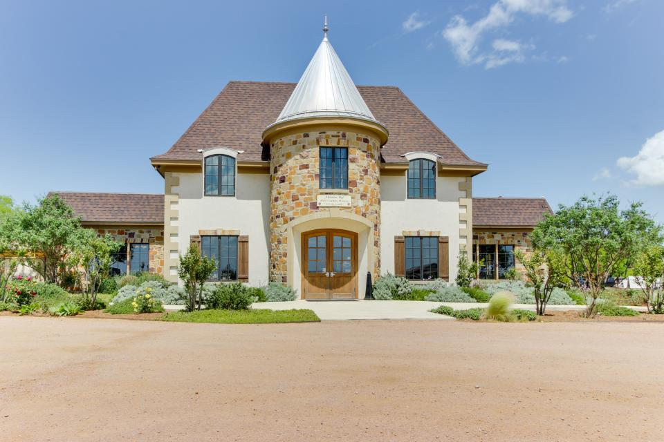 Messina hof hill country full property 4 bd vacation for Cabin rentals fredericksburg tx