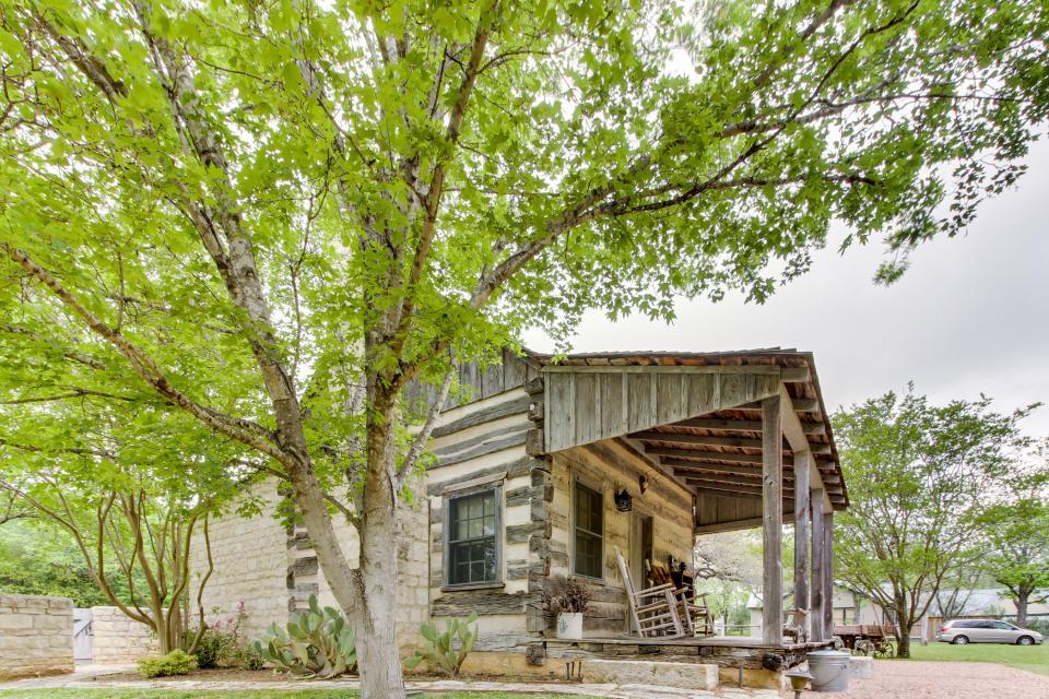 Town creek log cabin 1 bd vacation rental in for Cabins near fredericksburg tx