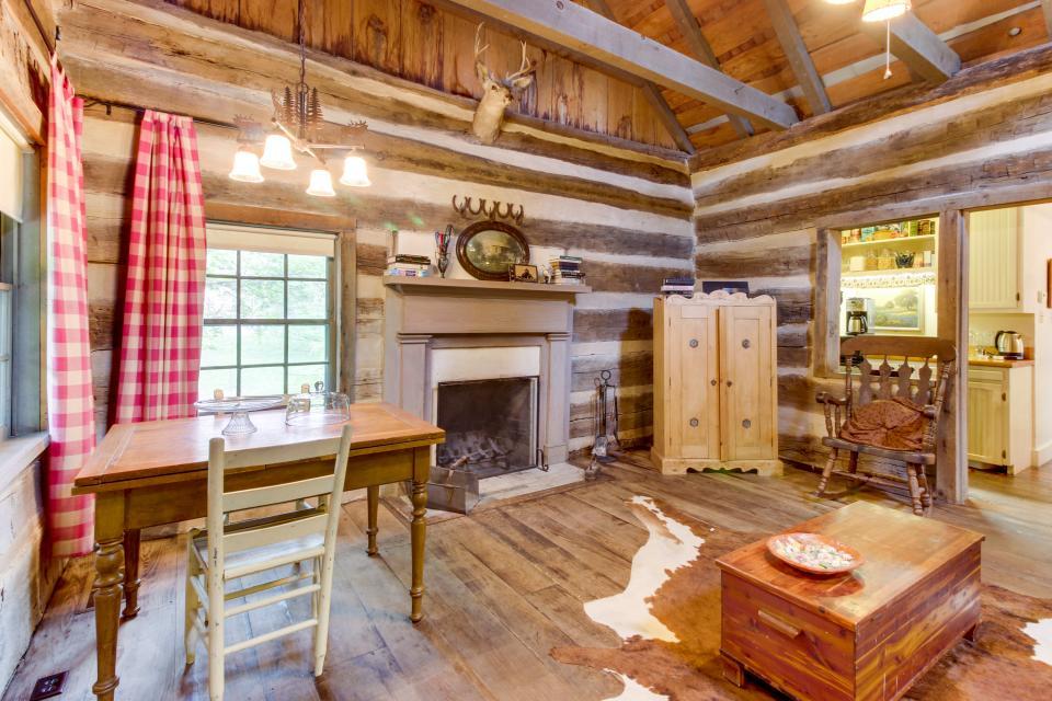 Town creek log cabin 1 bd vacation rental in for Cabin rentals fredericksburg tx