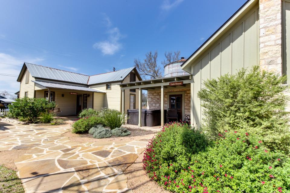 Wine country cottages on main cuvee studio vacation for Cabin rentals fredericksburg tx