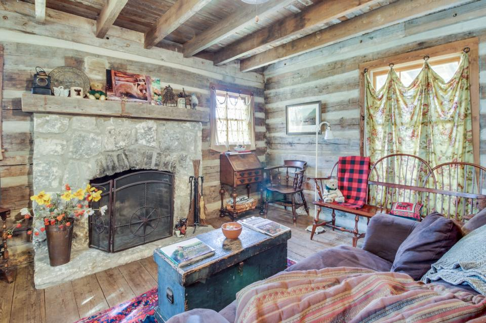 Tanglewood farms full property 2 bd vacation rental in for Cabin rentals fredericksburg tx